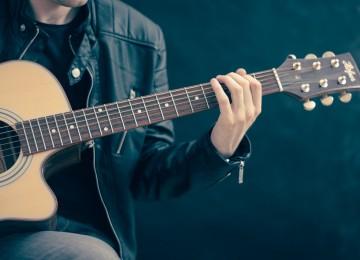 הדרך הנכונה להתחיל לנגן בגיטרה